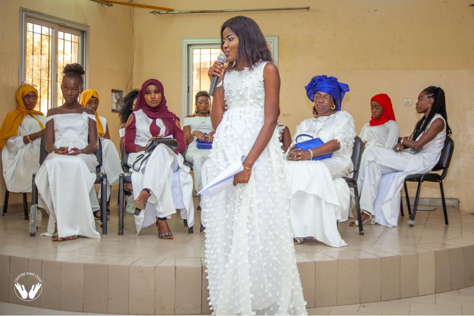 Ouba Gueye  participante l'année dernière à la formation et un assistant du centre Kiné Diop, à été la moderatrice du radio direct fait par les participantes de la formation